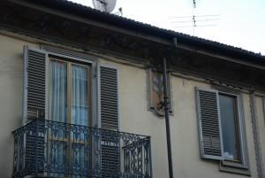 Casa di via Aagliè 12, particolare della decorazione della facciata. Fotografia di Giuseppe Beraudo, 2011.