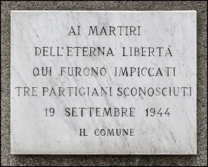 Lapide dedicata ai Martiri della libertà in strada Cuorgnè. Fotografia di Roberto Cortese, 2015