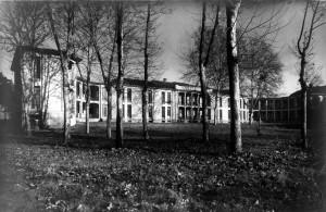 Birago di Vische in un'immagine d'archivio. Vista dal parco sul lato Dora. Loggiati per la terapia della tubercolosi chiusi con serramenti nella ristrutturazione del 2000. Archivio Storico Relazioni Esterne ASL1