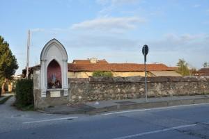 Muro perimetrale della cascina Tetti Basse di Dora e pilone votivo dedicato alla Madonna, Regina della Pace. Fotografia di Edoardo Vigo, 2012.