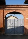 Ingresso orientale alla Borgata Villaretto. Fotografia di Edoardo Vigo, 2012.
