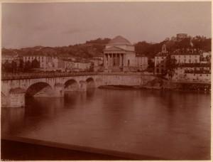 Ponte Vittorio Emanuele I e Chiesa della Gran Madre di Dio. Fotografia di Mario Gabinio, 1900 ca. © Fondazione Torino Musei.