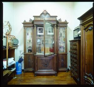 Farmacia Montanaro-Bacolla, mobile a doppio corpo, 1998 © Regione Piemonte