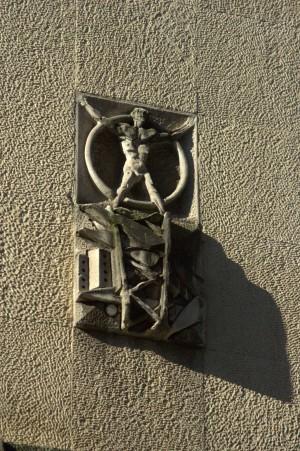 Scultura sulla facciata della Biblioteca Civica di Franco Garelli, particolare. Fotografia di Giuseppe Caiafa, 2011.