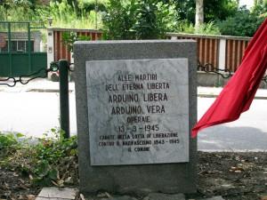 Lapide dedicata a Libera e Vera Arduino, cippo nel viale di fronte a corso Lecce 85. Fotografia di Sergio D'Orsi, 2013