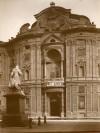 Palazzo Carignano, facciatacon cartiglio dedicato a Vittorio Emanuele II. Fotografia di Mario Gabinio, 1924. Fondazione Torino Musei, Archivio Fotografico, Fondo Mario Gabinio. © Fondazione Torino Musei