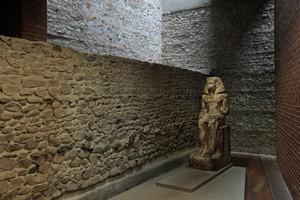 Un tratto del muro visibile nelle sale del Museo, con una statua egizia. Fotografia di Paolo Gonella, 2010. © MuseoTorino