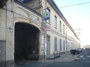 Ex fonderie Poccardi , negozi e attività con edificio demolito sullo sfondo. Fotografia di Gianluca Beltran Komin, 2015 in www.immaginidelcambiamento.it