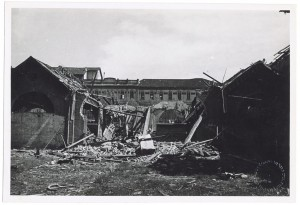 """Strada del Fortino 34 e Via Biella, """"Soc. Conciaria Valle Olona"""". Effetti prodotti dai bombardamenti dell'incursione aerea del 25 aprile 1944. UPA 4504_9E06_23. © Archivio Storico della Città di Torino"""