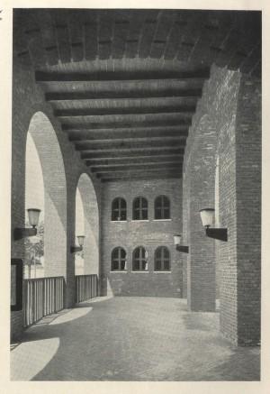 Il portico dell'ex centro rionale Giovanni Porcù del Nunzio sul lato sud-ovest verso il piazzale (da «Architettura», n. 4, aprile 1940).