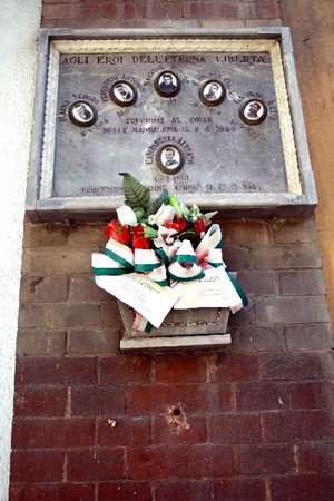 La lapide di fronte all'osteria ricorda i cinque caduti al Pian del Lot della Cricca del Moro. Fotografia di Paolo Coccorese, 2010.©MuseoTorino.