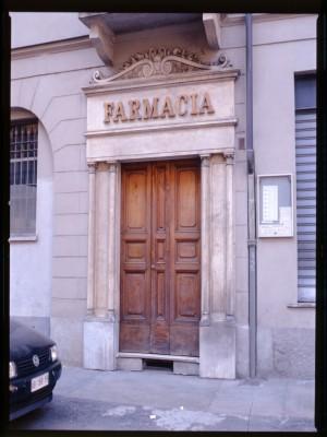 Farmacia della Rocca, ingresso, 1998 © Regione Piemonte