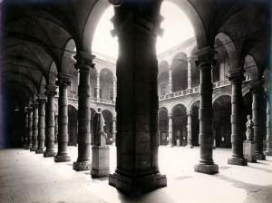 Cortile del Rettorato dell'Università. Fotografia di Mario Gabinio, 1925. Fondazione Torino Musei, Archivio Fotografico, Fondo Mario Gabinio. © Fondazione Torino Musei