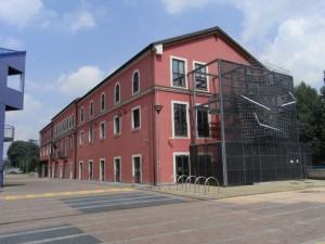 Biblioteca Civica Italo Calvino. Il prospetto orientale dell'edificio (ex Concerie Durio), con l'installazione di Marco Gastini. Fotografia L&M, 2011.
