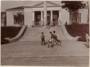 Colonna cinquantenario dello Statuto Albertino davanti al padiglione della seta. Fotografia di Mario Gabinio, 1898. Fondo Gabinio