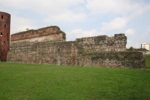 Il basamento del tratto di mura romane a est della Porta Palatina. Fotografia di Enrico Lusso, 2010