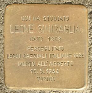 Leone Sinigaglia, pietra d'inciampo, in piazza Bodoni.