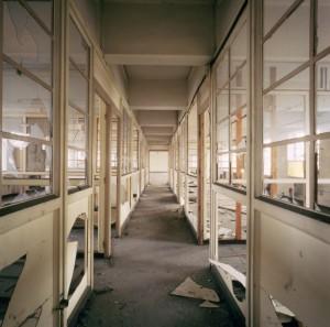 L'interno della palazzina uffici lungo via Livorno prima della demolizione. Fotografia di Filippo Gallino per la Città di Torino, aprile 1998.