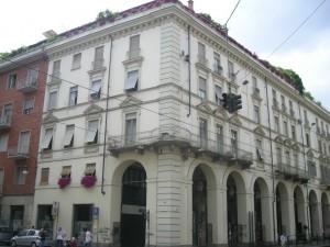 Edificio a uso abitazione e negozi in via Po 42