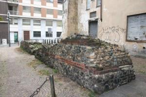 Tratto di mura in Via Egidi. Fotografia di Enrico Lusso, 2010