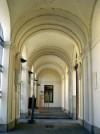 Vista del portico d'ingresso al cimitero con diverse lapidi di personaggi di nobili origini. Fotografia di Silvia Bertelli.