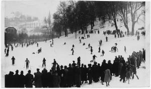 Silvio Ottolenghi, Sciatori in collina a Torino, 31 gennaio 1937. ASCT, Archivio Gazzetta del Popolo, I 1441D_001. © Archivio Storico della Città di Torino