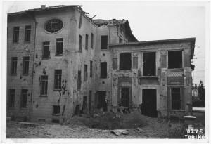 """Scuola Elementare """"Santorre di Santarosa"""", Via Malta 2. Effetti prodotti dai bombardamenti dell'incursione aerea del 17 agosto 1943. UPA 4007_9E03-44. © Archivio Storico della Città di Torino/Archivio Storico Vigili del Fuoco"""