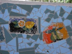Centro civico circoscrizionale di corso Vercelli 15. Particolare del mosaico sulla parete destra: formelle con frutti. Fotografia L&M, 2011.