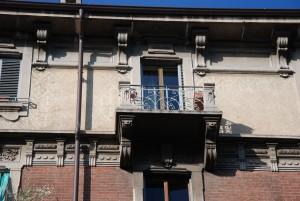 Particolare della decorazione dell'intonaco e delle ringhiere dei balconi, via Scarlatti 1. Fotografia Giuseppe Beraudo, 2011