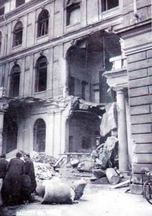 Il cortile interno in corrispondenza dell'accesso principale dopo i bombardamenti del 1943 (da: GRUPPO STUDI GALLERIE STORICHE DI TORINO, p. 82).