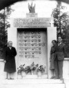 Il monumento al Pian del Lot con alcuni famigliari dei caduti. Immagine tratta da Nicola Adduci, Pian del Lot 2 aprile 1944. Storia e memoria di una strage, p. 50