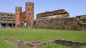 La Porta Palatina e i resti delle antiche mura. Fotografia di Plinio Martelli, 2010. © MuseoTorino.