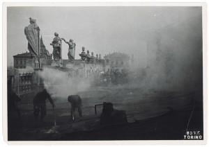 Palazzo Madama, Piazza Castello. Effetti prodotti dai bombardamenti dell'incursione aerea del 12-13 agosto 1943. UPA 3906_9E03-09. © Archivio Storico della Città di Torino/Archivio Storico Vigili del Fuoco