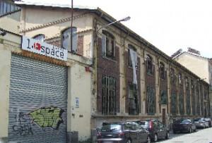 L'edificio che ospita il teatro Espace lungo via Mantova. Fotografia L&M, 2011.