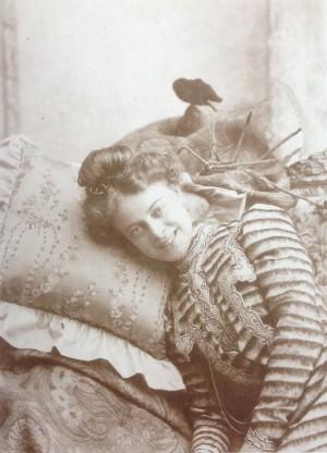 Secondo Allais (o Tito Bassanesi?), Ritratto di giovane attrice distesa, 1903-05, in Marina Miraglia, 1990, tav. 172
