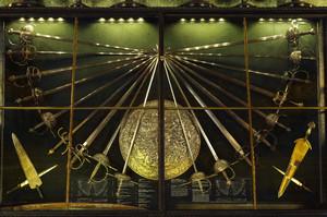 Vetrina di armi bianche e spade lunghe esposta all'Armeria Reale. Fotografia di Dario Lanzardo, 2010. © MuseoTorino-MIBAC.
