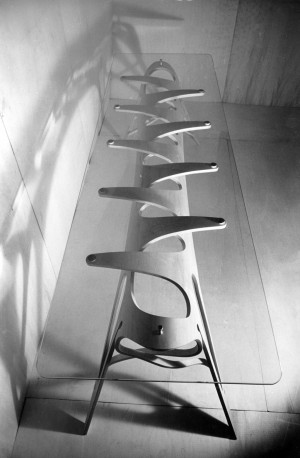 Carlo Mollino, Tavolo a vertebre per la casa editrice Lattes di Torino, 1951 - 1954, fotografia di Riccardo Moncalvo (Archivio Mollino, Biblioteca di Architettura, Politecnico di Torino)