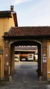 Portone di ingresso alla cascina Olivero. Fotografia di Edoardo Vigo, 2012.