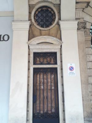 Finestra e porta dipinte a trompe l'oeil in piazza San Carlo 156