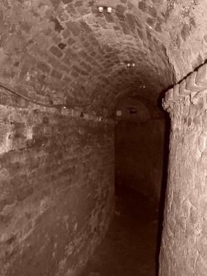Tratto della galleria di contromina nelle fondazioni del fronte principale del Pastiss. Fotografia di Fabrizio Zannoni.