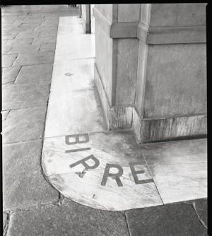 Caffè Negrita, particolare della scritta a terra in esterno, 1998 © Regione Piemonte