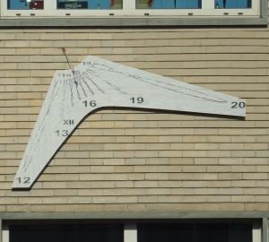 Orologio solare su una parete del Politecnico