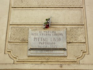 Lapide in memoria di Livio Pittau sul palazzo dell'Istituto Alfieri Carrù. Fotografia di Paola Boccalatte, 2014. © MuseoTorino