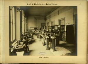 Regio Museo Industriale, Scuola di Elettrotecnica Galileo Ferraris, Sala tarature. Da R. Museo Industriale Italiano. Torino, C. Favale e Compagnia, Torino s.d. (1871). Torino, Biblioteche Civiche