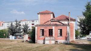 Edificio in via Pietro Cossa 301, abbandonato e vandalizzato. Fotografia di Luca Davico, 2015