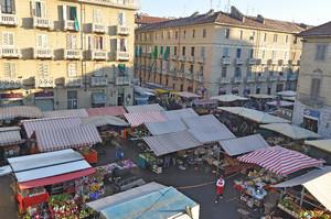 Le bancarelle del mercato di piazza Cerignola. Fotografia di Mauro Raffini, 2010. © MuseoTorino.