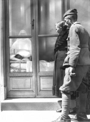 Un soldato di cavalleria in visita ad un bambino in isolamento. Archivio Storico Relazioni Esterne ASL TO1.