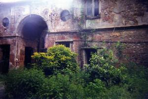 Lo stato di degrado dell'edificio, ormai quasi del tutto abbandonato, negli Anni Novanta. Per gentile concessione di Domenico Colletti.