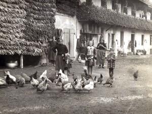 Cascina Spinetta, vita sull'aia, 1939 (archivio privato)