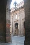 Particolare della decorazione di facciata del Quartiere di San Celso. Fotografia di Enrico Lusso, 2010